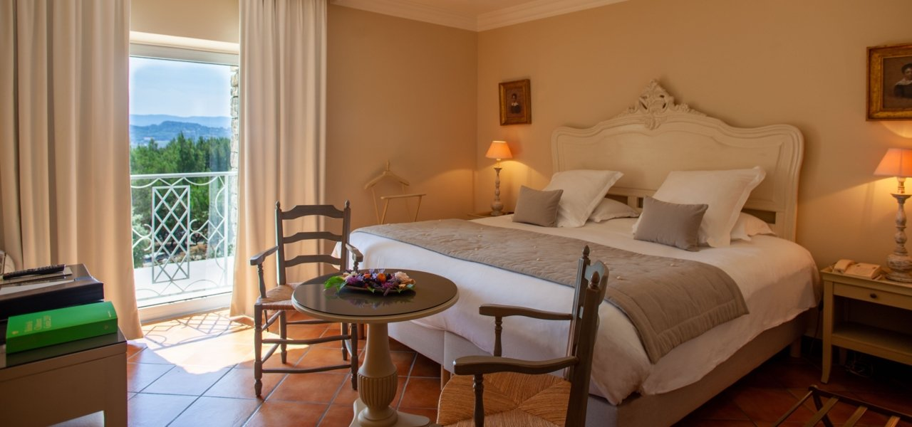Garrigue Room with bed and view - Wine Paths