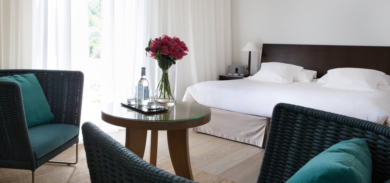 bedroom with rose bouquet - Wine Paths